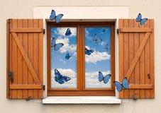 Venster en blinden en hemel met erachter vlinders Stock Foto