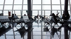 Venster en de mensen van het luchthaven het binnenlandse grote glas Stock Afbeeldingen