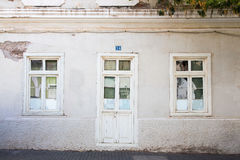 Venster en deur van het oude huis Stock Afbeeldingen