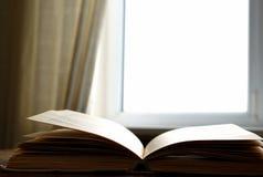 Venster en het boek Stock Afbeeldingen