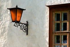 Venster en rode lantaarn. Stock Afbeeldingen