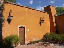 Venster en terras bij een oude hacienda stock fotografie