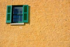 Venster in geel en groen stock fotografie