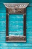 Venster gesneden architrafen van een oud traditioneel blokhuis in het Russische dorp Stock Foto's