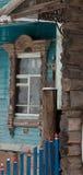 Venster gesneden architrafen van een oud traditioneel blokhuis in het Russische dorp Royalty-vrije Stock Foto's