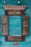 Venster gesneden architrafen van een oud traditioneel blokhuis in het Russische dorp Royalty-vrije Stock Foto