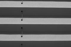 Venster grijze geplooide blinde dichte omhooggaand met details Royalty-vrije Stock Afbeeldingen