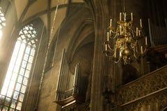 Venster het Aansteken aan Lantaarn in Heilige Stephan Cathedral Stock Afbeelding