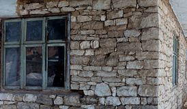 Venster in het oude geïsoleerde wit van de steenmuur royalty-vrije stock afbeeldingen