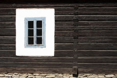 Venster in houten muur royalty-vrije stock afbeeldingen