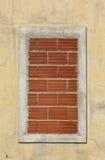 Venster met bakstenen wordt gesloten die Stock Afbeeldingen