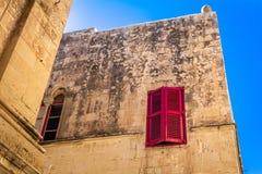 Venster met blinden in oud maltessehuis Stock Foto's