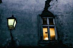 Venster met een barst en straatlantaarn in de avond in één van de kleine straten van Bratislava royalty-vrije stock afbeeldingen