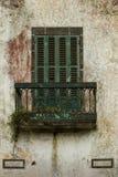 Venster met een blind en een balkon Stock Foto