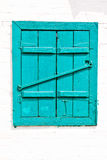 Venster met gesloten houten geschilderde blauwe blinden Royalty-vrije Stock Afbeelding
