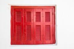 Venster met gesloten rood blind Stock Foto