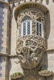 Venster met groteske gargouille op een voorgevel van Palacio DA Pena wordt verfraaid die royalty-vrije stock afbeeldingen