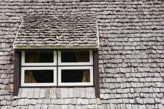 Venster met het houten dak Stock Fotografie