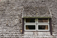 Venster met het houten dak Stock Foto