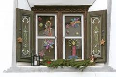 Venster met Kerstmisdecoratie stock afbeeldingen