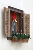 Venster met Kerstmisdecoratie royalty-vrije stock afbeelding