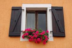 Venster met kleuren op een venstervensterbank Royalty-vrije Stock Afbeeldingen