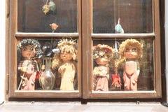 Venster met marionetten Stock Afbeelding