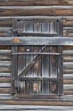Venster met oude blinden van de raad Het oude Huis van het Logboek Stock Afbeelding