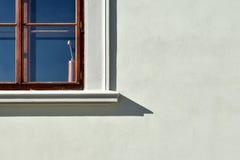 Venster met papaverdecoratie Stock Foto