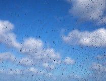 Venster met regenachtige dalingen royalty-vrije stock foto