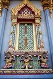 Venster met reuzestandbeeld van Thais art. Stock Fotografie
