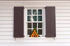 Venster met sinaasappelen voor de vakantie wordt verfraaid die Royalty-vrije Stock Afbeeldingen