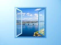 Venster op de blauwe muur op riviermening stock afbeeldingen