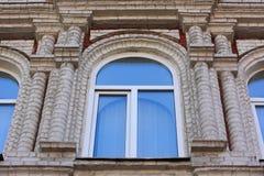 Venster op de voorgevel van een oud gebouw Uitstekende architectuur Stock Fotografie