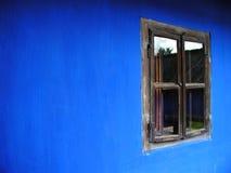 Venster op een blauw huis Stock Afbeeldingen
