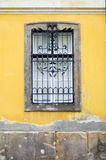 Venster op gele muur Stock Afbeeldingen