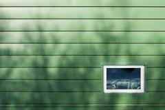 Venster op Groene Muur Royalty-vrije Stock Afbeeldingen