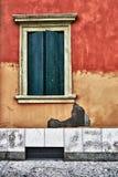 Venster op oude rode gelooide muur Royalty-vrije Stock Afbeelding