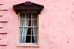 Venster op roze muur stock afbeeldingen