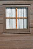 Venster - oud houten chalet Stock Afbeelding