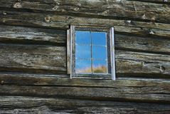 Venster in oude houten muur Stock Foto