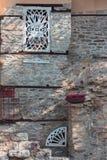 Venster-reces van de vesting in de Oude Stad van KavalaDetail van de muur van een huis in de Oude Stad van Kavala met het charmer stock fotografie