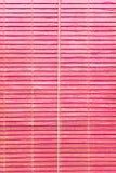Venster roze kleurrijk oud houten blind Stock Afbeeldingen