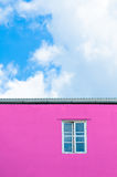 Venster in roze muur Stock Afbeelding