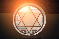 Venster in synagoge in vorm van Jodenster, zes-gerichte ster met zonlicht, Joods symbool stock afbeeldingen