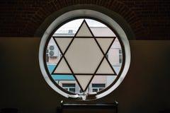Venster in synagoge in vorm van Jodenster, zes-gerichte ster met zonlicht, Joods symbool royalty-vrije stock afbeelding