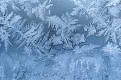 Venster van de close-up het witte winter met ijzig patroon als achtergrond stock afbeeldingen