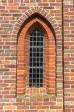 Venster van de middeleeuwse kerk van Aduard stock foto