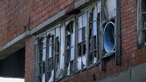 Venster van de verlaten rode bouw stock videobeelden