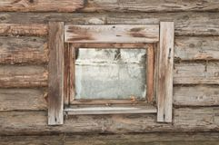 Venster van een oud blokhuis Stock Foto's